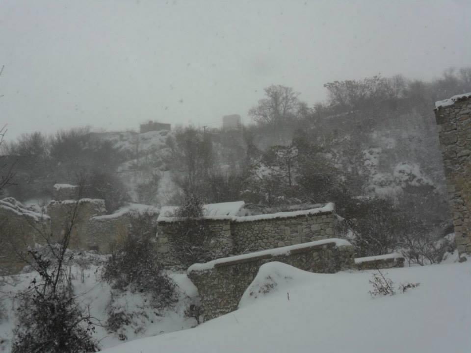 Il vecchio paese di Sperone situato tutt'intorno alla torre, era composto da case in pietra, calce e architravi di legno.