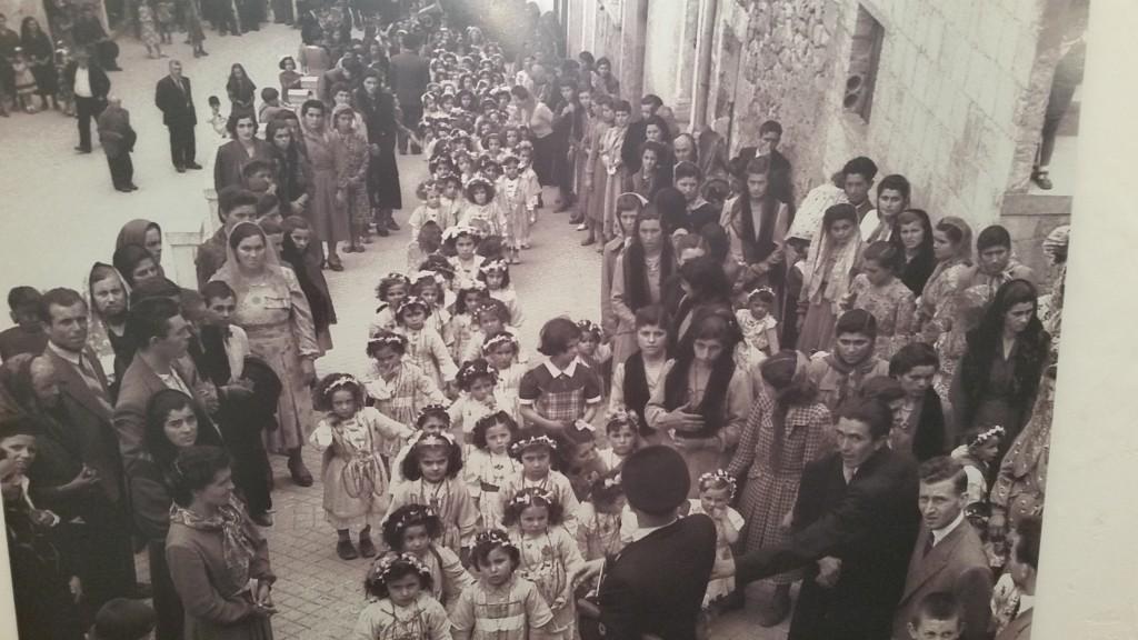 Un'immagine del secolo scorso, bimbe dai 6 ai 13 anni sfilano dalla chiesa della Madonna di Carpineto fino al centro del paese e si mostrano ai concittadini.