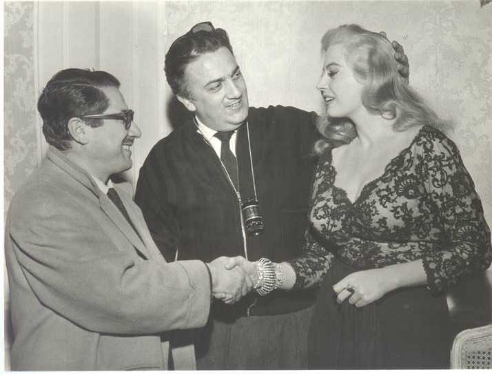 """Ennio Flaiano, Federico Fellini e Anita Ekberg durante le riprese del """"La dolce vita""""."""