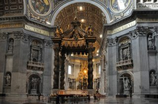 Basilica di San Pietro in Vaticano. A sinistra la Cappella della Veronica, in uno dei quattro pilastri che sorreggono la cupola
